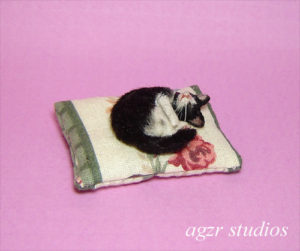 1:12 handmade miniature 1:12 dollhouse cat kitten pillow