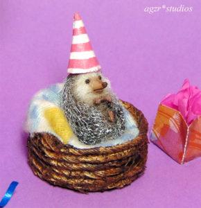 1:12 miniature hedgehog micro pet dollhouse diorama party hat porcupine